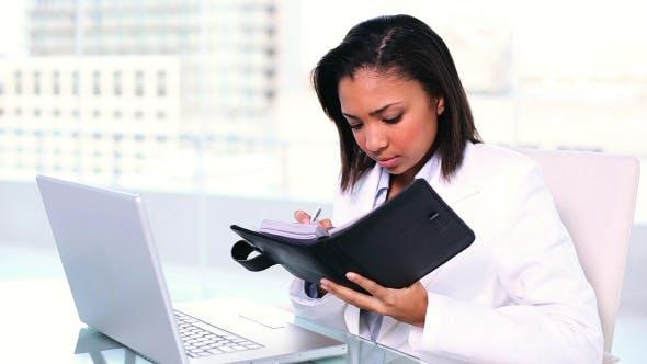 Thumbnail for Konzentrierte junge Geschäftsfrau Schreiben