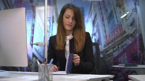 Geschäftsfrau Schreiben an seinem Schreibtisch