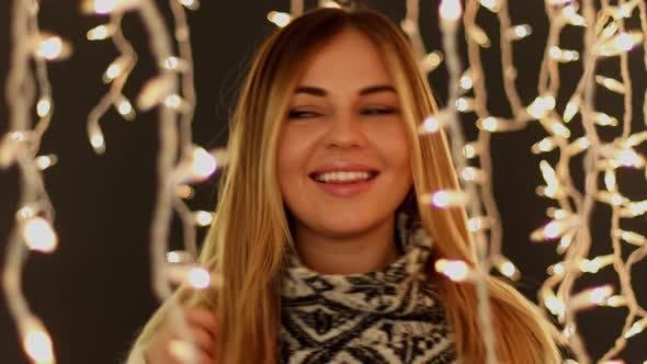 Thumbnail for Femmes mignonnes devant les lumières de Noël