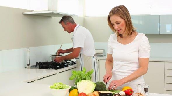 Thumbnail for Reifen glücklich paar machen gesunde Abendessen zusammen