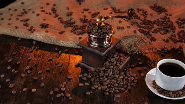 Keramikkaffeemaschine auf Tisch mit Tasse schwarzem Kaffee