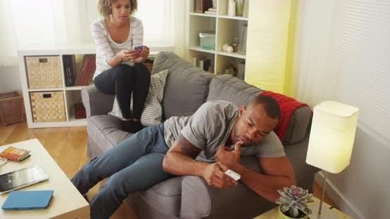 Schwarzes Paar von Smartphones abgelenkt
