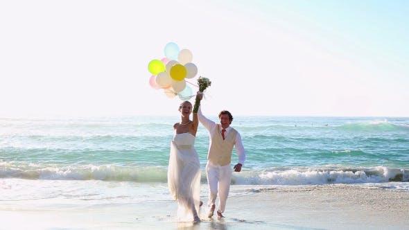 Thumbnail for Jungvermählte lachen und spielen mit Ballons