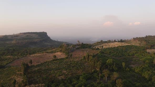 Thumbnail for Luftaufnahme des Gebirges mit üppigen grünen Bäumen in Kambodscha