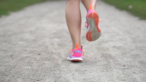 Thumbnail for Beine einer Frau Läufer entlang der Straße in einem Sommertag, Nahaufnahme