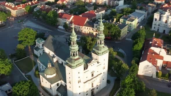 Thumbnail for Kirche in einer kleinen Stadt