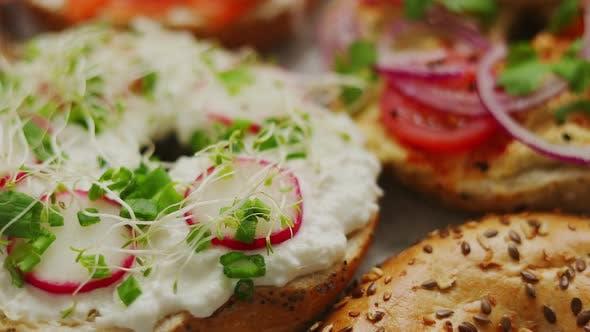 Sortiment von verschiedenen Arten Toppings Hausgemachte Bagels Sandwiches mit Sesam und Mohn
