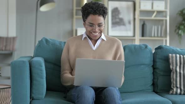 Jeune fille africaine joyeux travail sur ordinateur portable