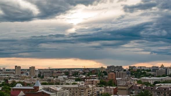 Sonnenuntergang Zeitraffer der Sonne über Gebäuden der Stadt Charkow