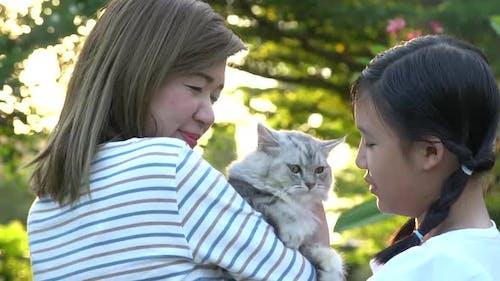 Asiatische Mutter Spielt Ein Kätzchen Zu Ihrer Tochter