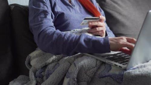 Eine Frau macht Online-Einkäufe in Quarantäne zu Hause.