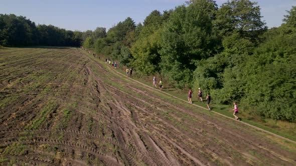Thumbnail for Luftaufnahme von Menschen in Trail Running Marathon auf einer Landstraße, Zeitlupe 60 Fps