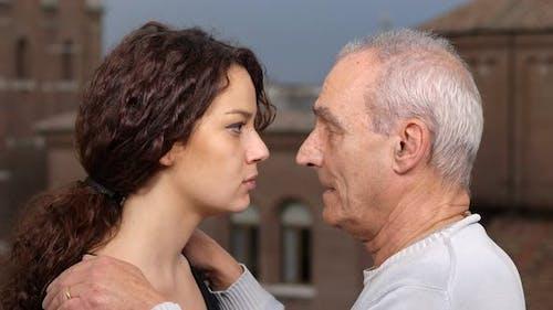 Alter Vater vergibt und tröstet seine Tochter. väterliche Liebe, Vergebung