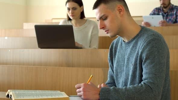 Thumbnail for Männliche Schüler-Notizen aus dem Buch