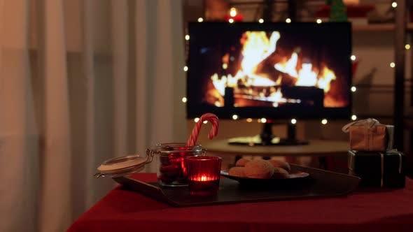 Thumbnail for Weihnachten Leckereien und Trinken auf dem Tisch bei Cozy Home