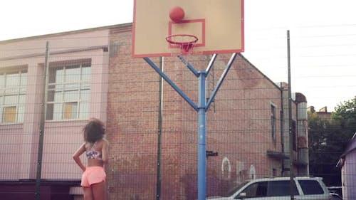 Junge Frau spielt Basketball