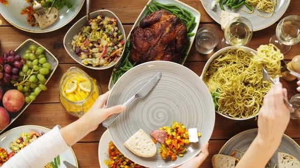 Thumbnail for Menschen Essen Pasta am Tisch mit Essen 21