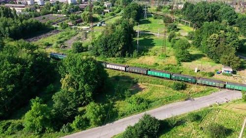 Güterzug, der auf Eisenbahn