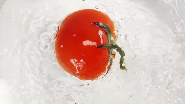 Cover Image for Red Tomato Falling and Plunging in Water