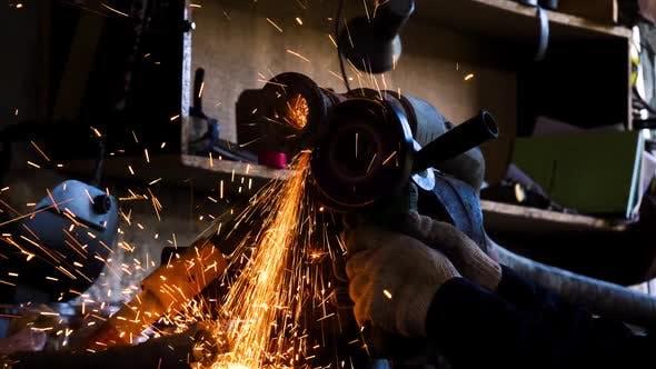Thumbnail for Nahaufnahme des arbeiters schneiden metall mit schleifer