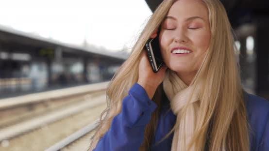 Thumbnail for kaukasische blonde Mädchen spricht mit Am besten Freund am Telefon während warten für Zug