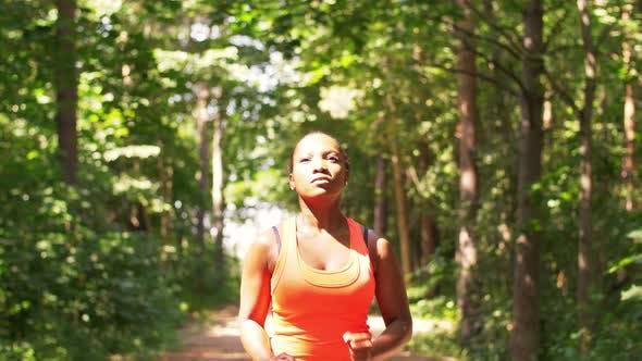 Thumbnail for Junge Afroamerikanerin Laufen im Wald