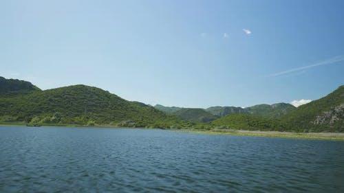 Blick auf den Fluss Crnojevicha und den Skadarsee vom Boot aus