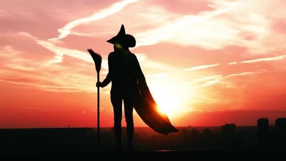 Thumbnail for Mädchen stehend in einer Hexe Kostüm Stadtbild Zeitlupe