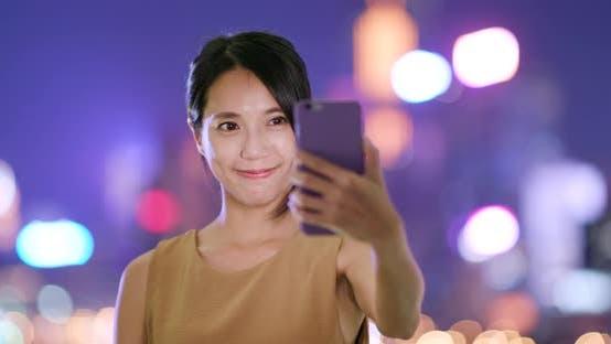 Thumbnail for Frau nehmen selfie auf Handy in der Nacht