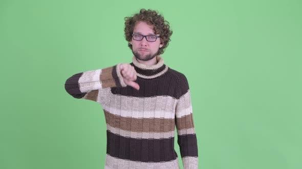 Thumbnail for Wütend junge bärtige Mann geben Daumen nach unten