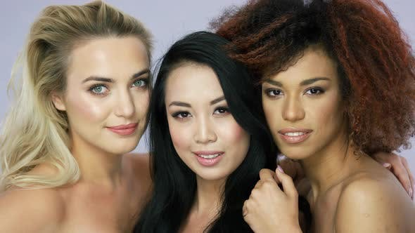 Thumbnail for Charmante weibliche Modelle posieren zusammen