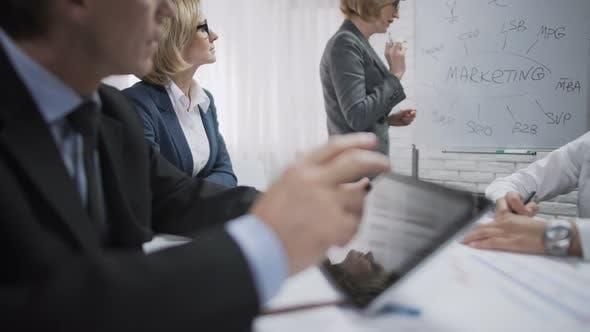 Thumbnail for Lady Consultant Präsentationen für Kollegen in der Marketingabteilung