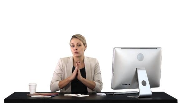 Thumbnail for Niedlich Geschäftsfrau sieht auf die Kamera in Ihr Büro