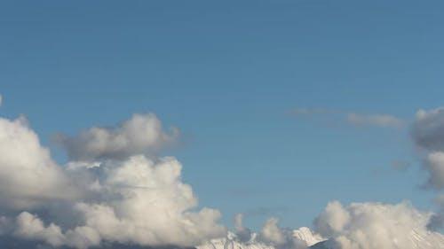 Dicke Wolken wirbeln über eine Bergkette