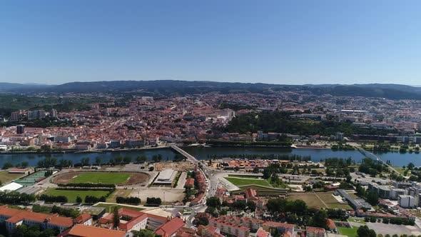 Thumbnail for Fliegen über Coimbra und Fluss Mondego, Portugal