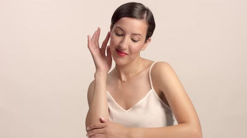 Beauty Brünette Modell im Studio allein mit ideal glänzende Haut Porträt
