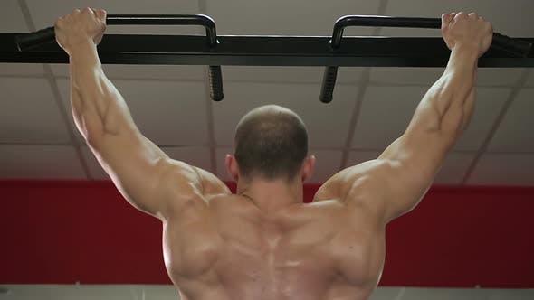 Thumbnail for Bodybuilder mit perfektem Muskelkörper tun Klimmzüge, Vorbereitung auf den Wettbewerb