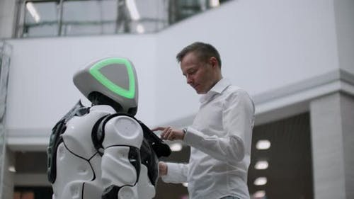 The Man in the Shopping Mall Communicate with a Robot Advisor