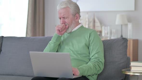 Thumbnail for Kranke Alter Mann mit Laptop Husten zu Hause