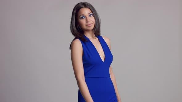 Mujer Mixta Raza Joven Withbright Azul Maquillaje En Estudio