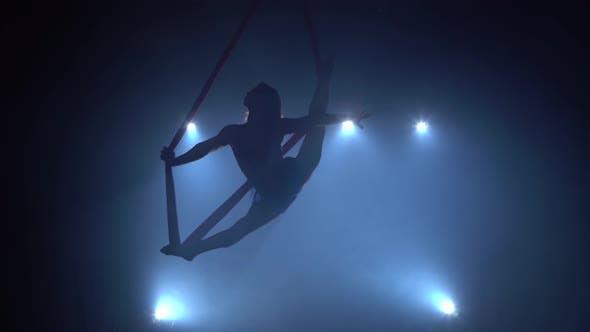 Thumbnail for Girl Aerial Gymnast Darstellend auf einer Seide in einer Zirkusbühne. Spannende Akrobatische Show. 078