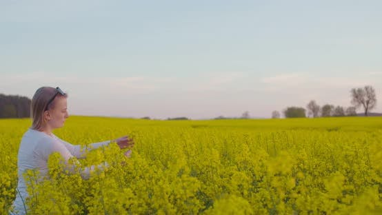 Thumbnail for Weibliche Landwirtin Prüfung Ölraps Feld