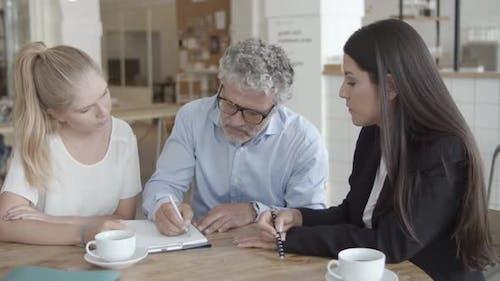 Kundentreffen mit Versicherungsvertreter