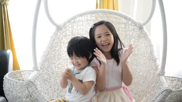 Les enfants asiatiques heureux applaudissements