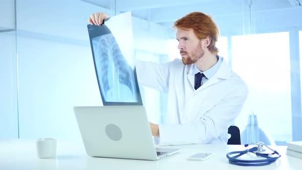 Serious Doctor Überprüfung der Röntgenaufnahme des Patienten für die Diagnose