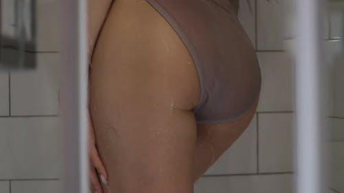 Sinnliche Nackte Frau in Dusche