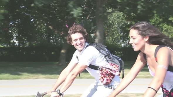 Thumbnail for Nettes junges Paar radfahren