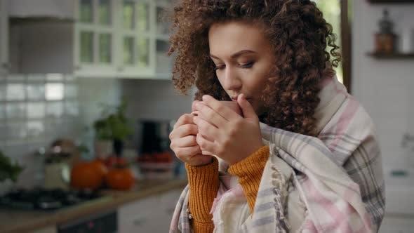 Thumbnail for Sorgen Frau in einer Decke gewickelt trinken heißen Tee