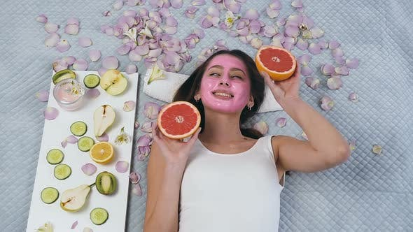 Cover Image for Smiling Young Woman Posing on the Camera with Grapefruit