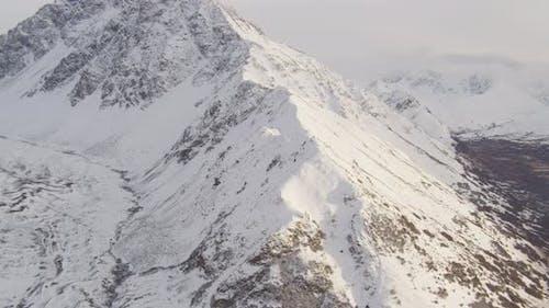 Lufthubschrauber durch das Alaskan-Tal über Bach, nach oben in Richtung Berge kippen, Drohne aufnahmen
